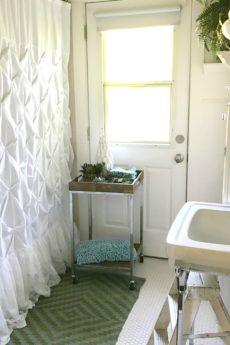 13 Beautiful Farmhouse Bathrooms
