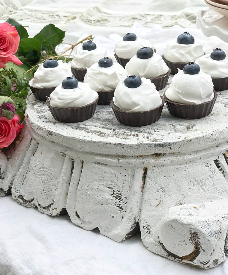 white pedestal of 10 mini cheesecakes
