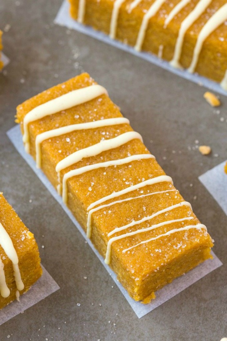 pumpkin spice bar with wihe frosting