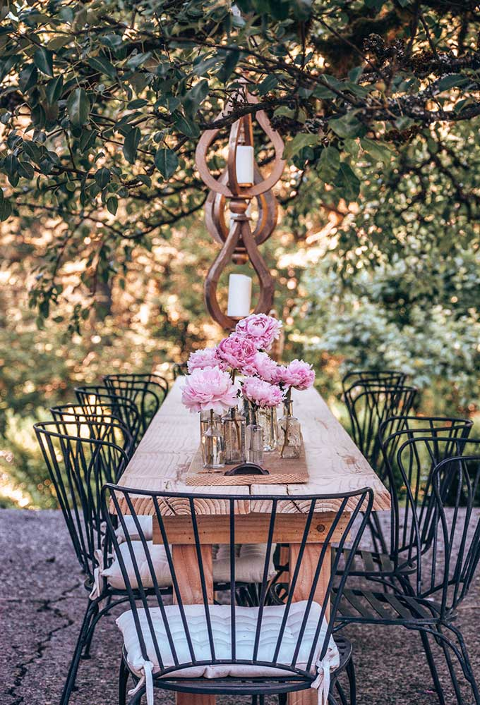 DIY Outdoor Farmhouse Table|Wood table plans|extra long table\long outdoor table|Long wood table|table plans|farmhouse Table|diy home decor|diy table|farmhouse wood table diy|tablescape|easy outdoor table plans|custom wood table|summer dining|veranda|summer tablescape|HallstromHome