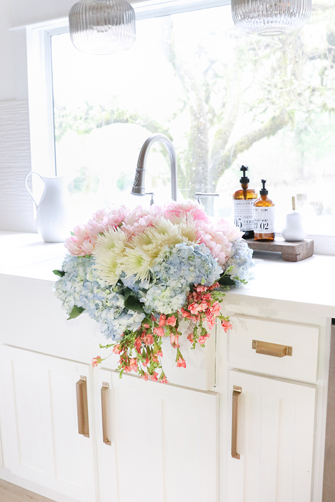 5 Tips to Make Faux Flowers Look Real |Faux Flowers|best faux flowers|farmhouse flowers|fresh flowers|fresh and faux flowers|how to style faux flowers|farmhouse style|shabby chic home|flower arrangement|spring flowers|diy flowers|diy flower arrangement|mixing fresh and real|faux flowers look real|french farmhouse|Hallstrom Home
