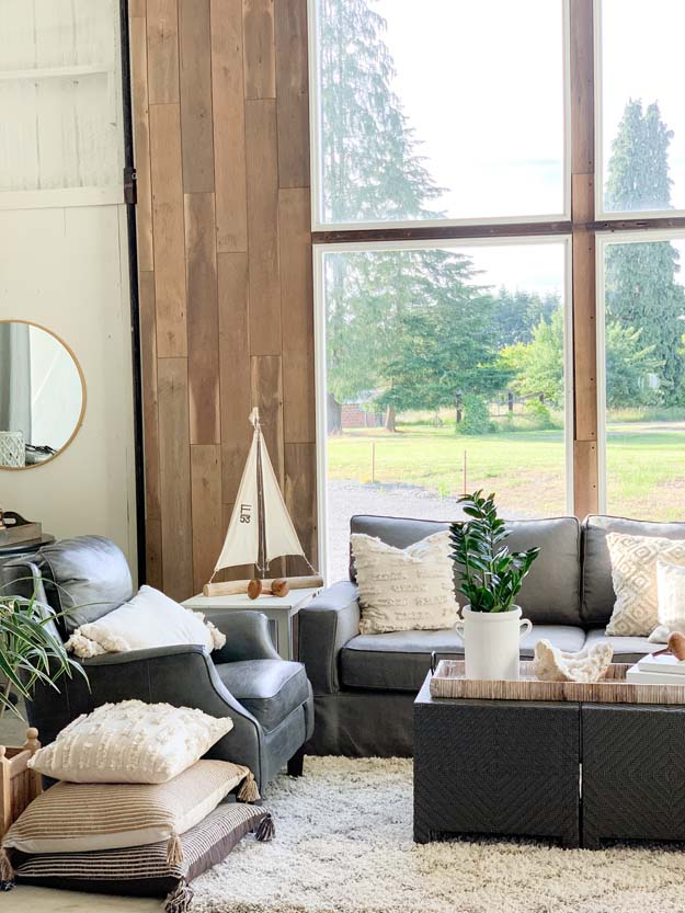 Ideas on How to Stage Pillows |accent pillows|farmhouse decor|interior design|styling pillows|pillow tips|home style tips|farmhouse style|HallstromHome