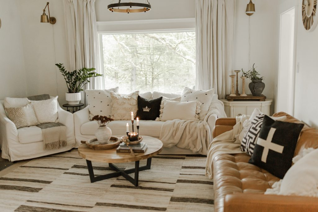 Farmhouse Decor for Living Rooms / Modern Farmhouse Living Rooms Ideas / Farmhouse Rustic Decor / Antique Farmhouse Decorating / Easy Decorating / 5 Farmhouse Decor items / HallstromHome